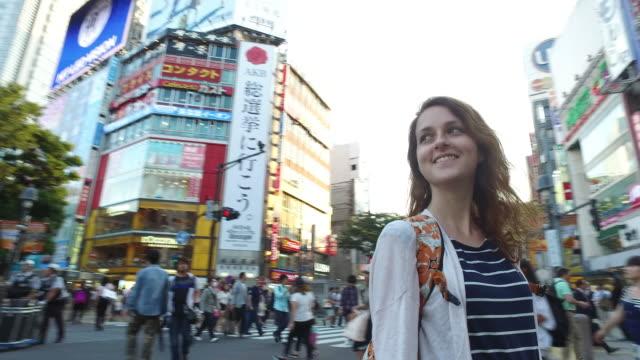 渋谷のソロ旅行者、日本旅行 - 白人点の映像素材/bロール