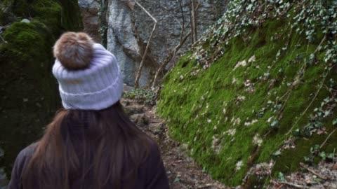 vídeos de stock, filmes e b-roll de viajante individual, fim acima de um turista da mulher nova que anda através do trajeto de eco, apreciando as montanhas e a floresta, retrato, curso, exploração, aventura, turismo, ao ar livre, caminhada da montanha, destinos do curso - wonderlust