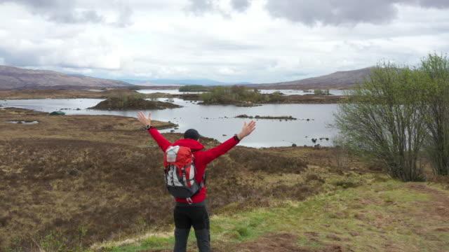 solo-reisender in schottland-isle of skye - insel skye stock-videos und b-roll-filmmaterial
