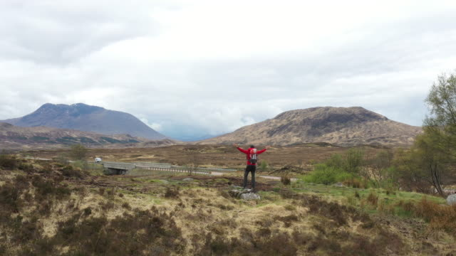 solo traveler in scotland - isle of skye - rock formation stock videos & royalty-free footage