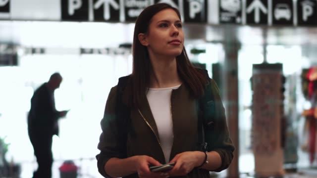 一人の女性として旅行 - anticipation点の映像素材/bロール