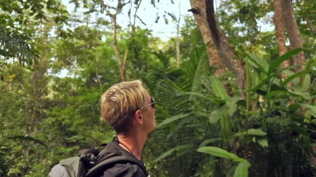 stockvideo's en b-roll-footage met reizigers vrouw reiziger eco toeristische lopen in het tropisch regenwoud - alleen oudere vrouwen