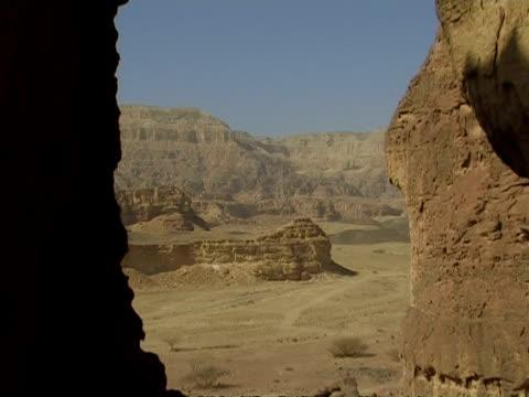 solomon pillars view from the sand windows, timna park, israel - parete rocciosa video stock e b–roll