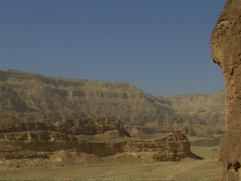 solomon pillars view, timna park, israel - parete rocciosa video stock e b–roll