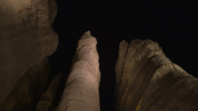 vídeos de stock, filmes e b-roll de solomon's pillars in timna valley - pedra rocha