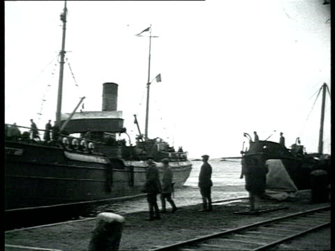 solovki labor camp, prisoners disembarking steam boat, walking surrounded by guards / solovetsky island, russia - 1928 stock-videos und b-roll-filmmaterial