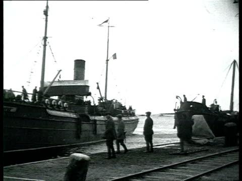 vídeos y material grabado en eventos de stock de solovki labor camp, prisoners disembarking steam boat, walking surrounded by guards / solovetsky island, russia - 1928