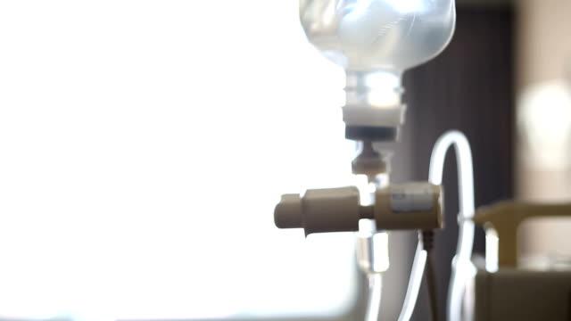 iv lösung helfen patienten, unscharfes bild - kochsalzlösung infusion stock-videos und b-roll-filmmaterial