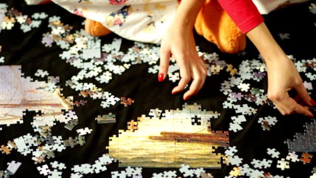 risolvere puzzle - puzzle video stock e b–roll