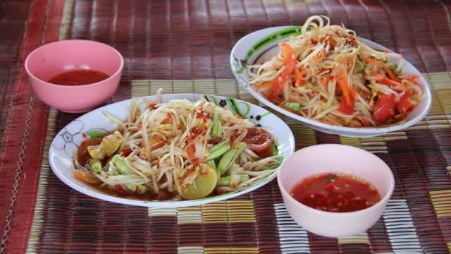 som tam, papaya salad, spicy thai food. - thai food stock videos & royalty-free footage