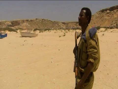 stockvideo's en b-roll-footage met somali police officer patrols coast in search of pirates somalia 17 june 2009 - hoorn van afrika