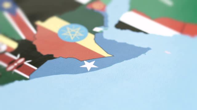 vídeos de stock e filmes b-roll de somalia borders with national flag on world map - etiópia ouro