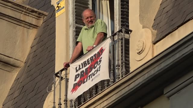 vídeos y material grabado en eventos de stock de some 1,000 people have gathered at the doors of the european commission building in barcelona on july 2, 2019 against the veto of euro mps elected in... - parliament building
