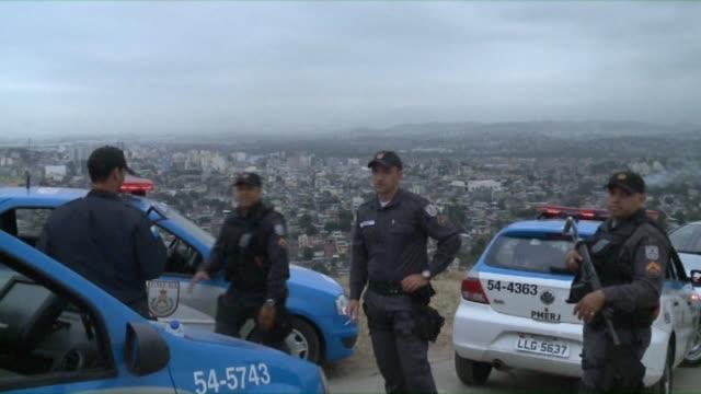 some 180 elite brazilian police officers are deployed into a drug infested slum in northern rio in order to prepare the way for a permanent presence... - skadedjursangrepp bildbanksvideor och videomaterial från bakom kulisserna
