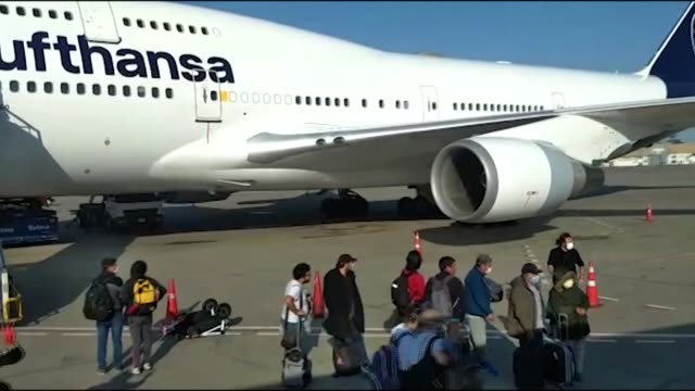 stockvideo's en b-roll-footage met some 200 peruvians arrive on sunday in lima from frankfurt in germany on a humanitarian flight chartered by their foreign ministry after being... - peruaanse etniciteit