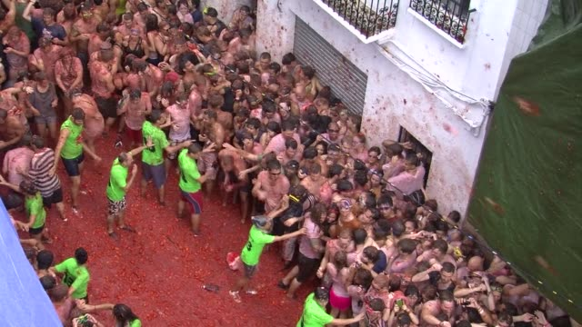 some 20000 revellers pelted each other with 130 tonnes 286 pounds of squashed tomatoes wednesday in a rain drenched annual spanish food fight known... - drenched stock videos & royalty-free footage