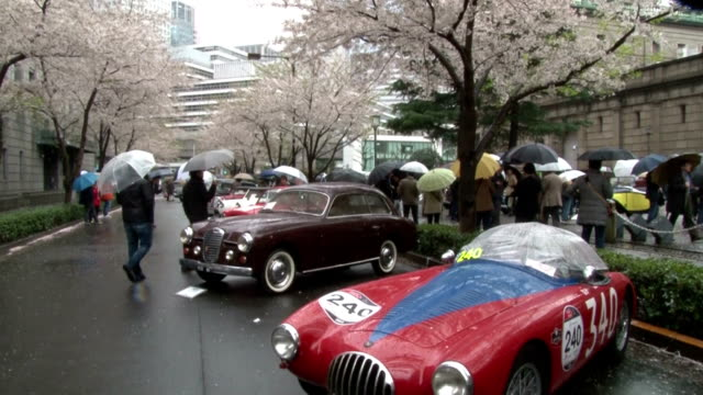 some 30 vintage sports cars gathered to raise awareness for the preservation of an aging key stone bridge, nihonbashi bridge, which will see the... - 一百週年紀念 個影片檔及 b 捲影像