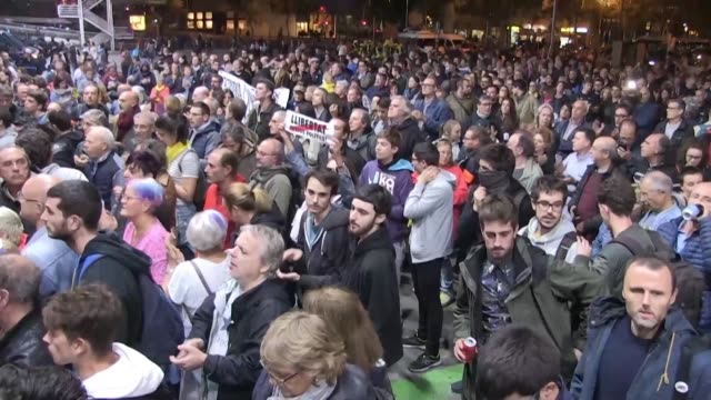 vídeos de stock e filmes b-roll de some 500 pro-independence protesters gather at barcelona's sants station to block access to travellers and demand the release of their leaders - independência