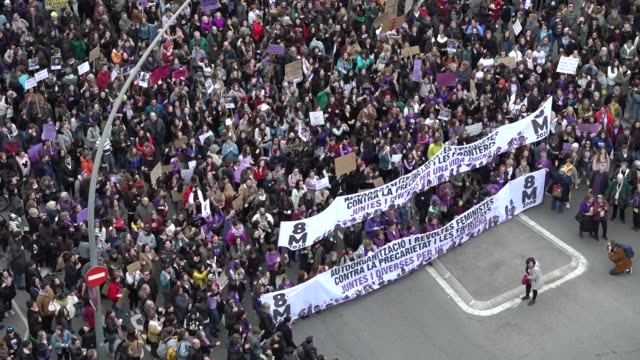 some 50000 people according to the urban guard have overflowed the streets of barcelona one more year to demand real equality between men and women... - 国際女性デー点の映像素材/bロール