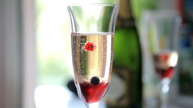 einige beeren im glas champagner - nah stock-videos und b-roll-filmmaterial