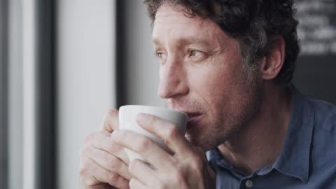 vídeos y material grabado en eventos de stock de un poco de café es justo lo que necesito para rejuvenecer - confianza en sí mismo