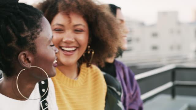 何人かの友人は、あなたがいつも望んでいた姉妹に変わる - 女性の権利点の映像素材/bロール