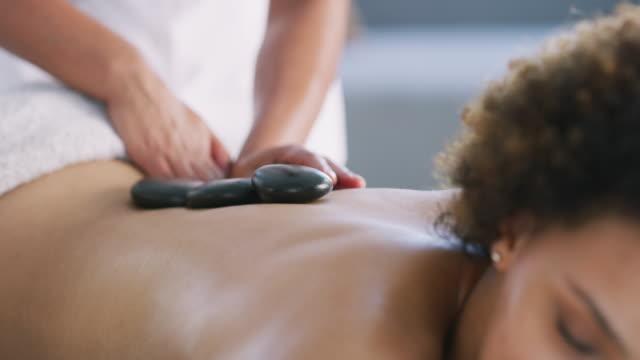 vídeos de stock, filmes e b-roll de alguma terapia de pedra quente é tudo que você realmente precisa - lastone therapy