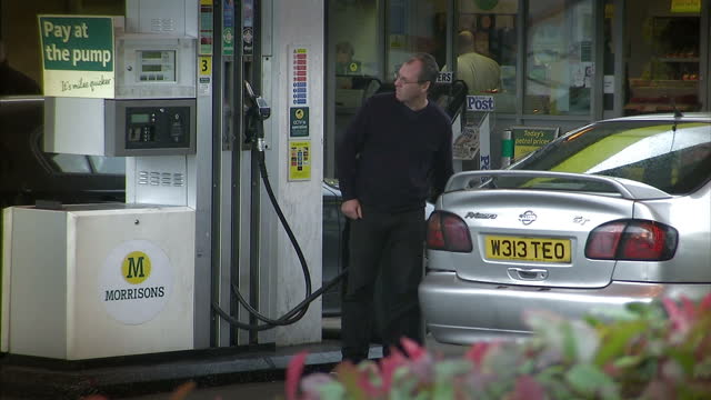 some of britain's biggest supermarkets have announced they are dropping the price of petrol and diesel by 1p per litre -- hours after retailers were... - größter stock-videos und b-roll-filmmaterial