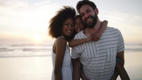 einige unserer besten erinnerungen sind am strand - multikulturelle gruppe stock-videos und b-roll-filmmaterial