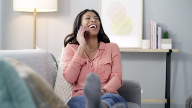 vídeos y material grabado en eventos de stock de algunas personas genuinamente te hacen reír en voz alta - usar el teléfono