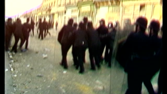 vídeos de stock, filmes e b-roll de some police forces to record interactions with the public to rebuild trust s29031001 london brixton ext police officers along street with shields... - brixton