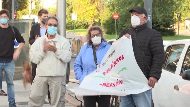 stockvideo's en b-roll-footage met some residents and health workers of the madrid community of vallecas, which is under lockdown, protest outside of the buenos aires health centre to... - clean