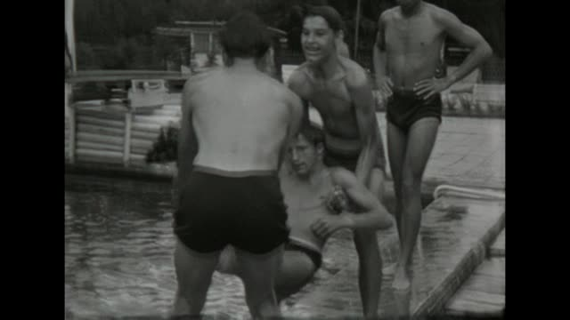 vídeos de stock e filmes b-roll de some young friends have fun on a sunny sommer day in the outdoor pool / shot in 1957 - sexo masculino