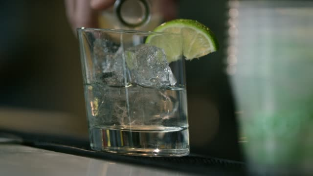 stockvideo's en b-roll-footage met iemand garnishes en giet een drankje - cocktail