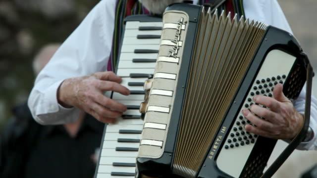 vídeos y material grabado en eventos de stock de someone plays the accordion - acordeonista