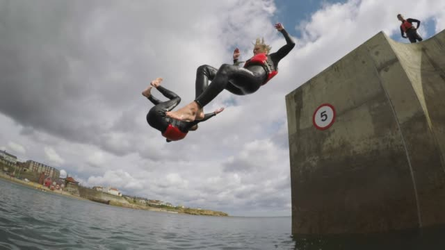 stockvideo's en b-roll-footage met somersaulting uit de pier - moed