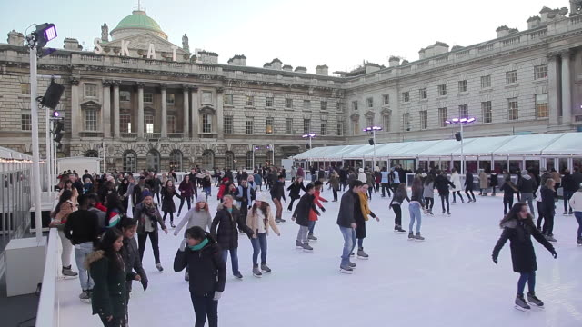 vídeos de stock e filmes b-roll de somerset house xmas ice rink - pista de patinagem no gelo