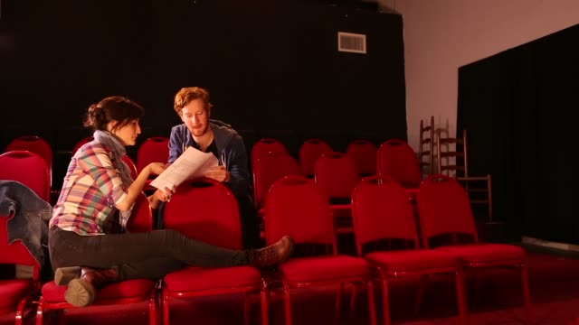 stockvideo's en b-roll-footage met 20 something actors rehearsing in theater - actrice