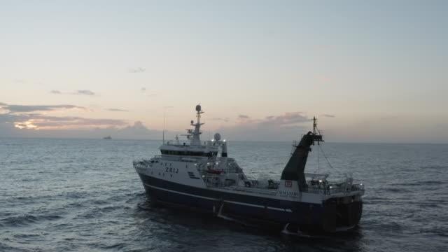 stockvideo's en b-roll-footage met iets fishy gaande hier ... - vissersboot