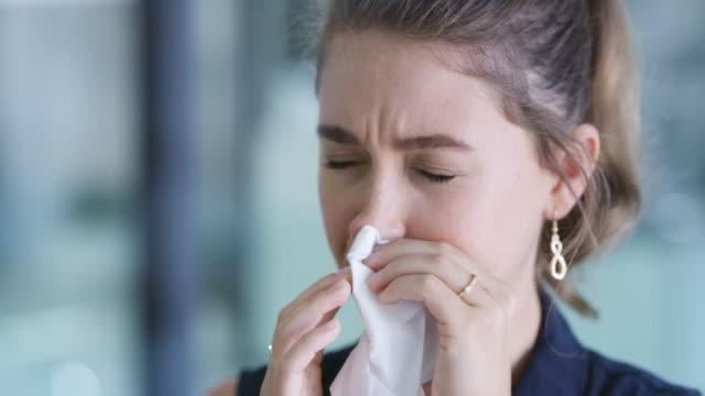 vidéos et rushes de quelque chose a déclenché ses allergies - nez