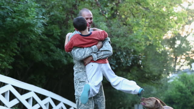 ws son and dog greeting soldier returning home from miliatry service / richmond, virginia, united states - veteran stock-videos und b-roll-filmmaterial