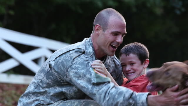 ms son and dog greeting soldier returning home from miliatry service / richmond, virginia, united states - ホームカミング点の映像素材/bロール