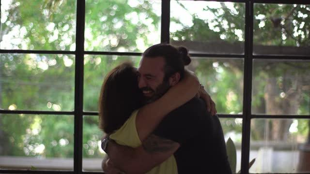 vidéos et rushes de fils célébrant et embrassant la mère à la maison - liens affectifs