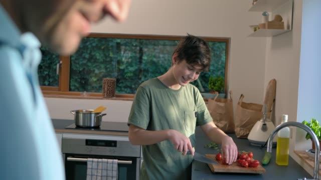 vídeos y material grabado en eventos de stock de son cutting tomatoes - tomate