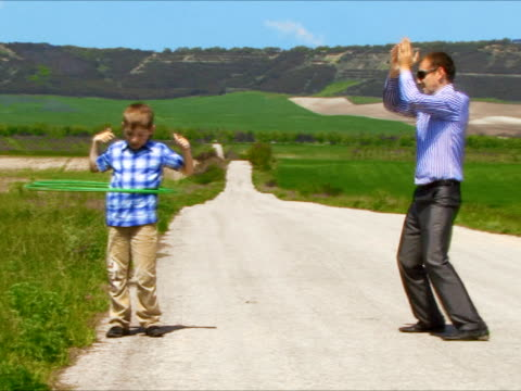 sohn vater, hula-hoop - kleinstkind stock-videos und b-roll-filmmaterial