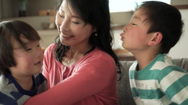 息子は、母親にキス - 気にかける点の映像素材/bロール