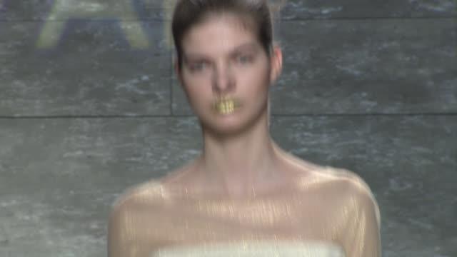 vídeos de stock e filmes b-roll de clean son jung wan fall 2014 mercedesbenz fashion week at the pavilion at lincoln center on in new york city - casa de jardim