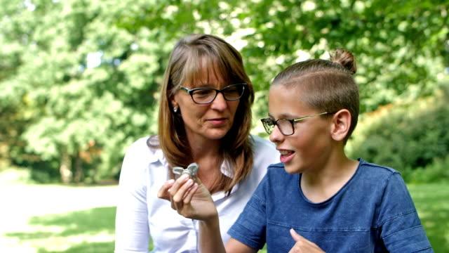 Zeitlupe: Sohn zeigt Fidget spinner