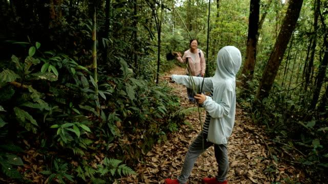 vídeos de stock e filmes b-roll de son telling mother what he finding in forest - encontrar
