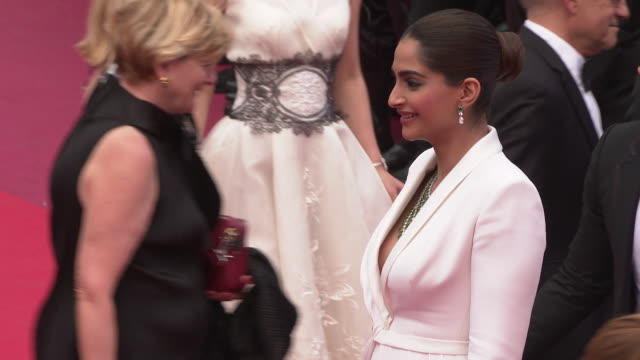 vidéos et rushes de sonam kapoor at 'once upon a time in hollywood ' red carpet arrivals the 72nd cannes film festival at grand theatre lumiere on may 21 2019 in cannes... - festival international de cannes
